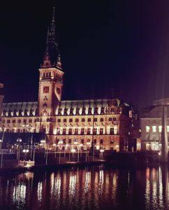 Hamburger Rathaus Frontansicht bei Abendstimmung
