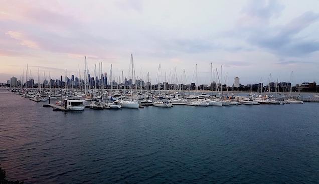 Abendstimmung mit pastellfarbigem Himmel am Port Melbourne