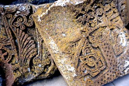 Gravur in alten Klostersteinen