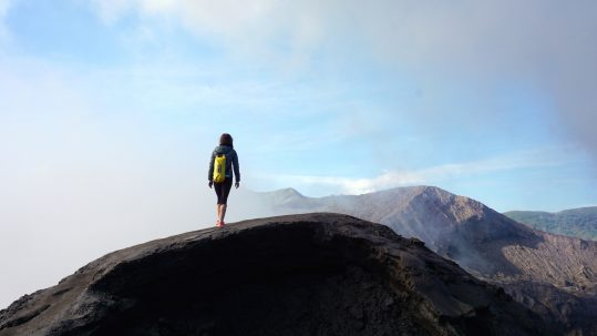Spaziergang am Krater vom Vulkan Bromo