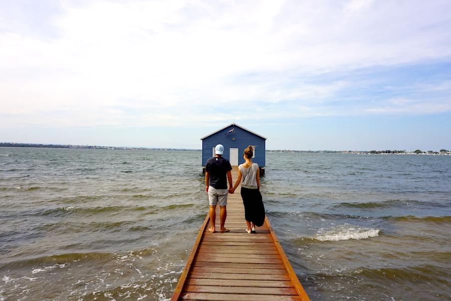 Grüni und Julia beim blauen Haus am Swan River