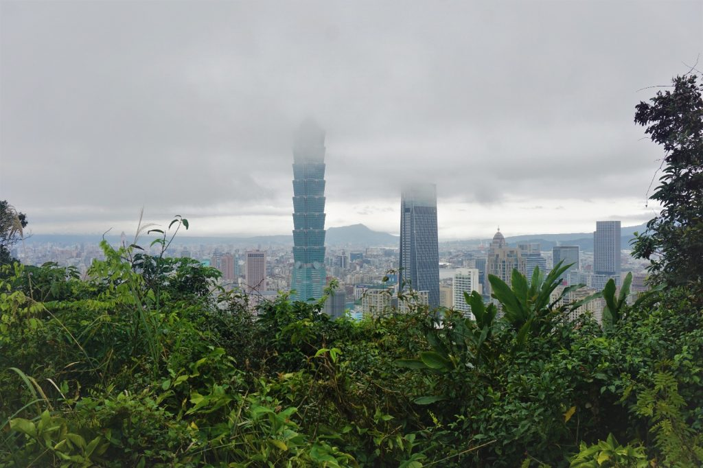 Ausblick vom Elephant Mountain auf den Taipei 101 bei Nebel