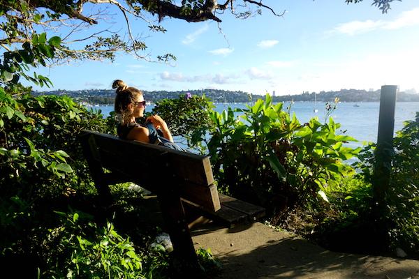 Rast auf einer Bank mit Blick auf die Bucht von Sydney