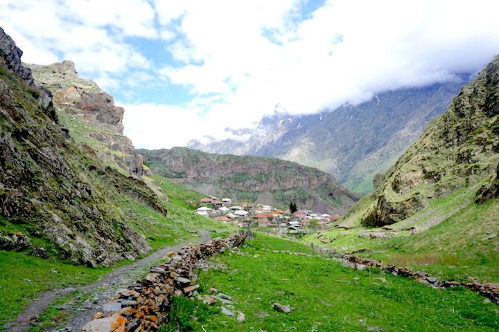 Georgische Berglandschaft bei Kazbegi