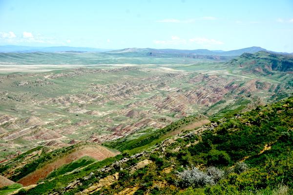 Blick in die weite Landschaft um das Höhlenkloster Davit Gareja