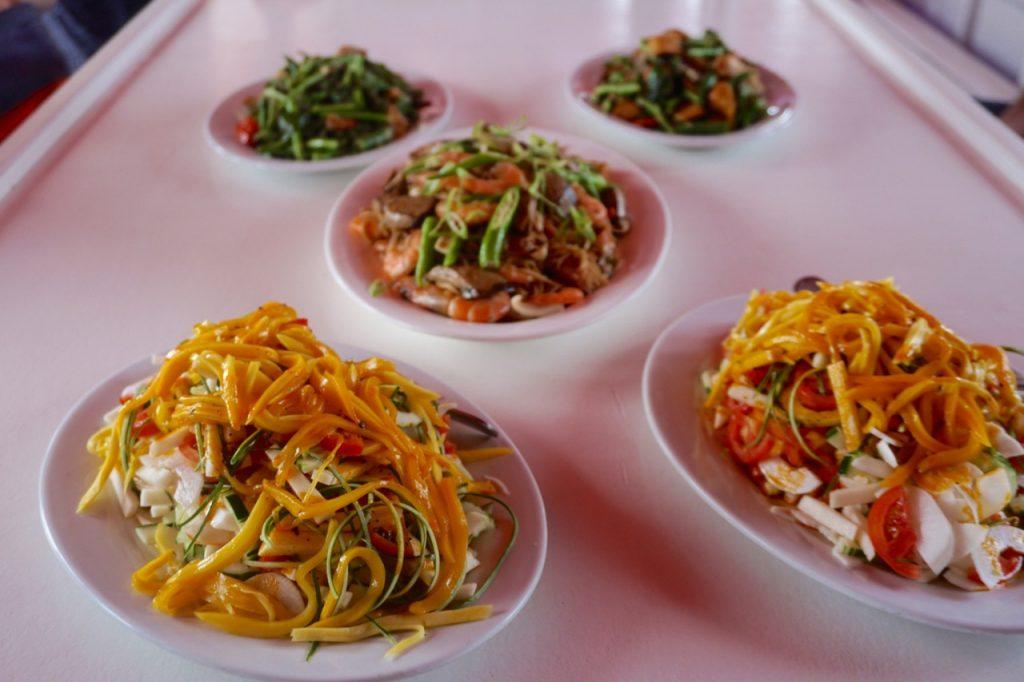 Salat, Meeresfrüchte-Pasta und grüne Gemüsevariation