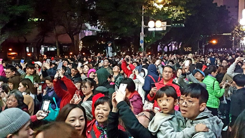 Hunderte Taiwanesen beobachten die Lichtershow auf den Straßen von Taipei