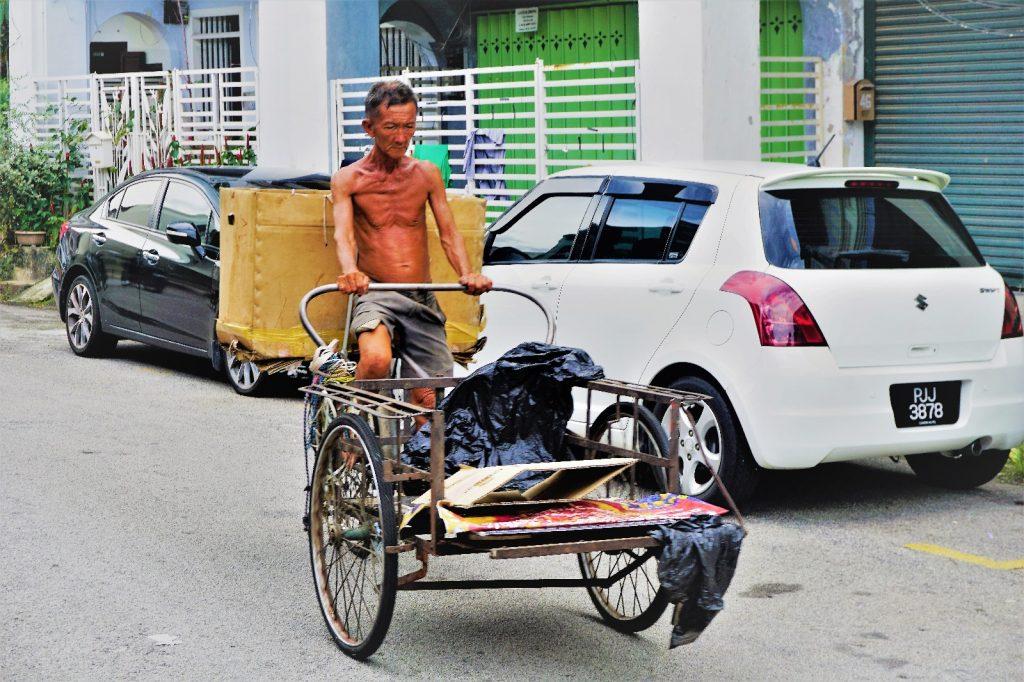 Alter fahrradfahrender Mann in Georgetown