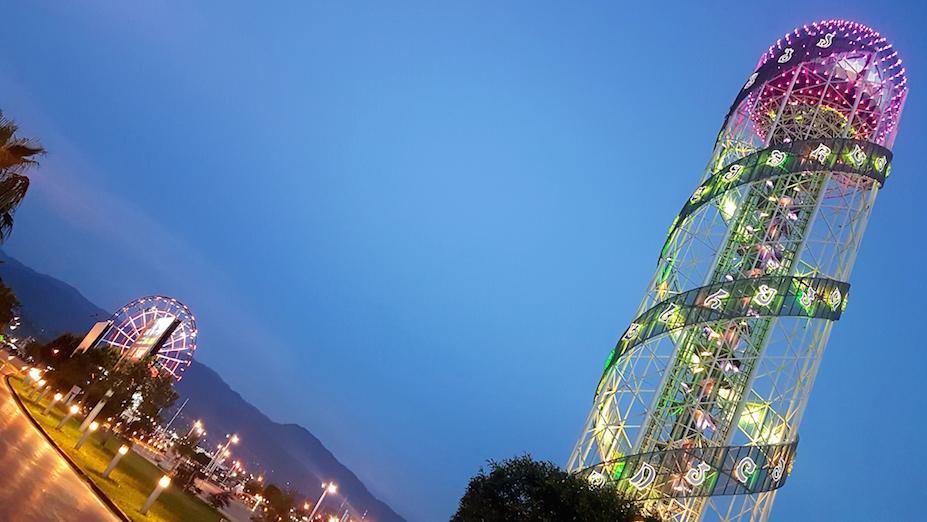 Beleuchteter DNA Turm in Batumi am Schwarzen Meer