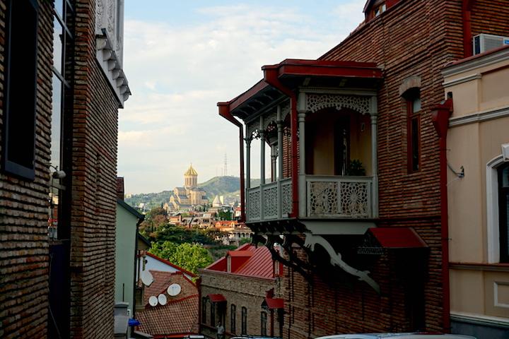 Gassen der Altstadt mit Sameba Kirche im Hintergrund