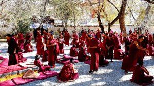 Aufnahme der debattierenden Mönche im Sera Kloster bei Lhasa