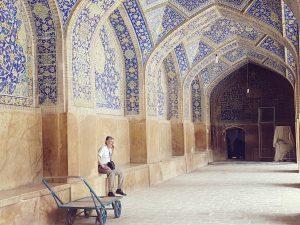 Mann in den Arkaden von Esfahan