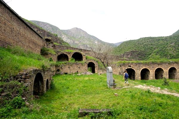 Wanderung bei Tatev durch alte Ruinen