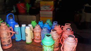 Teahouse mit Flaschen voller Yakbuttertea
