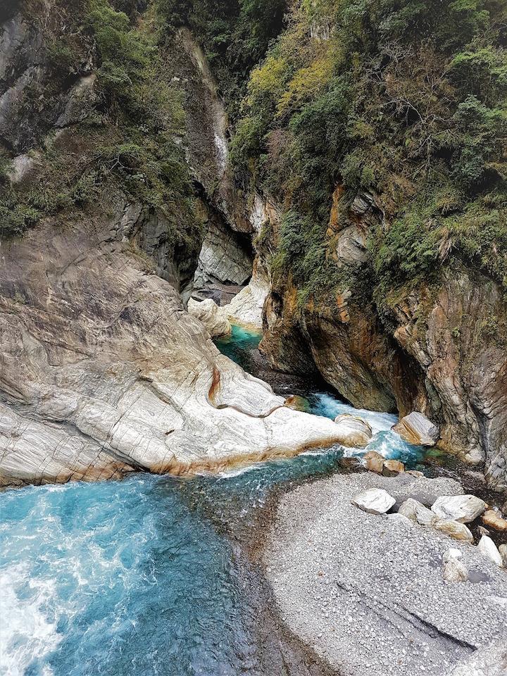 Kristallklares Wasser im Fluss durch den Taroko National Park