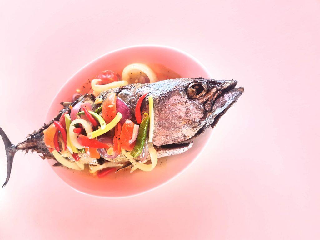 Selbstgefangener Fisch mit Gemüse garniert