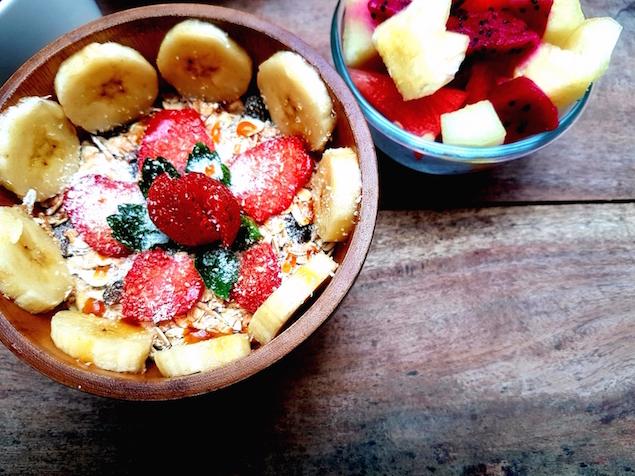 Bunte, fruchtige Müslibowl zum Frühstück