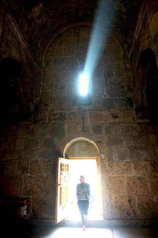 Julia beim Eingang ins Kloster Sevanavank