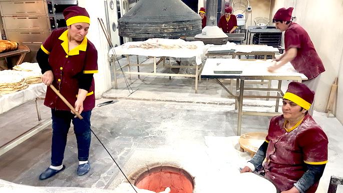 Bäckerinnen beim Brot backen