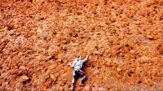 Julia kletternd an roter Felswand bei den Kata Tjutas