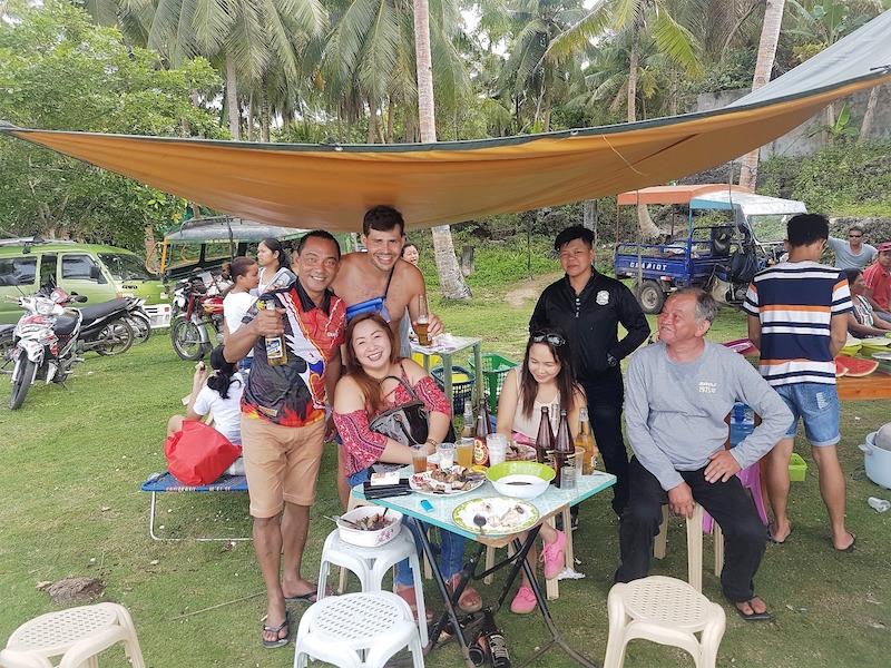 Karaokeparty mit Einheimischen am Strand von Siquijor
