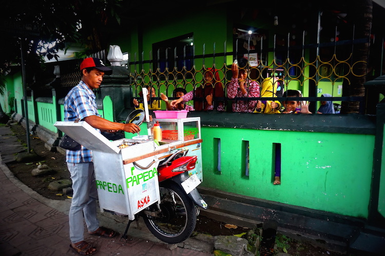 Straßenverkäufer mit Kindern in Yogyakarta