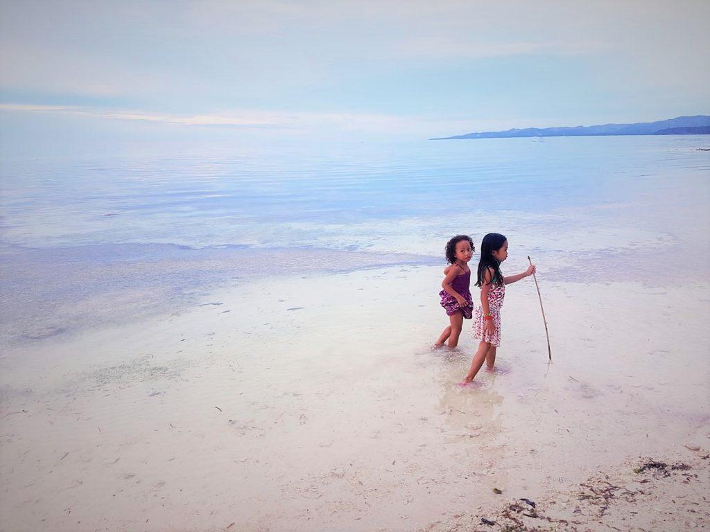 Mädchen beim Strandspaziergang auf Siquijor