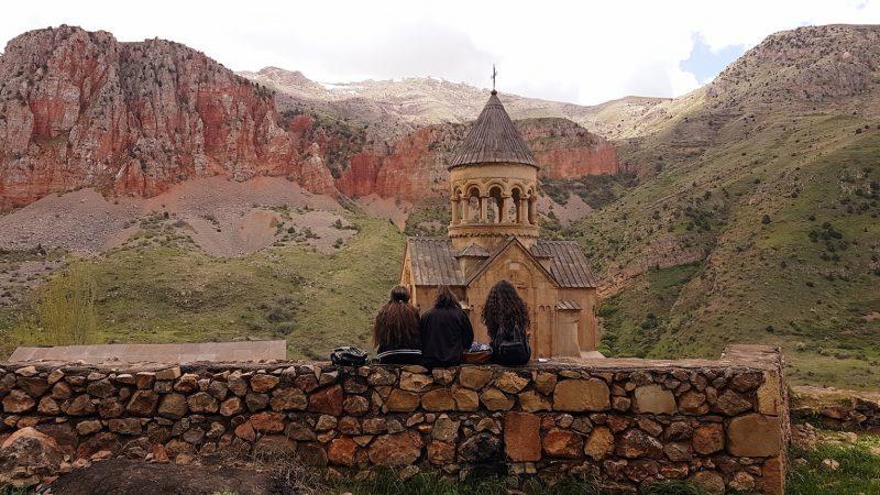 Drei Mädchen vor dem Kloster Noravank