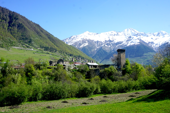Das Dorf Mestia im Frühling mit Blick auf die hohen Berge des Kaukasus