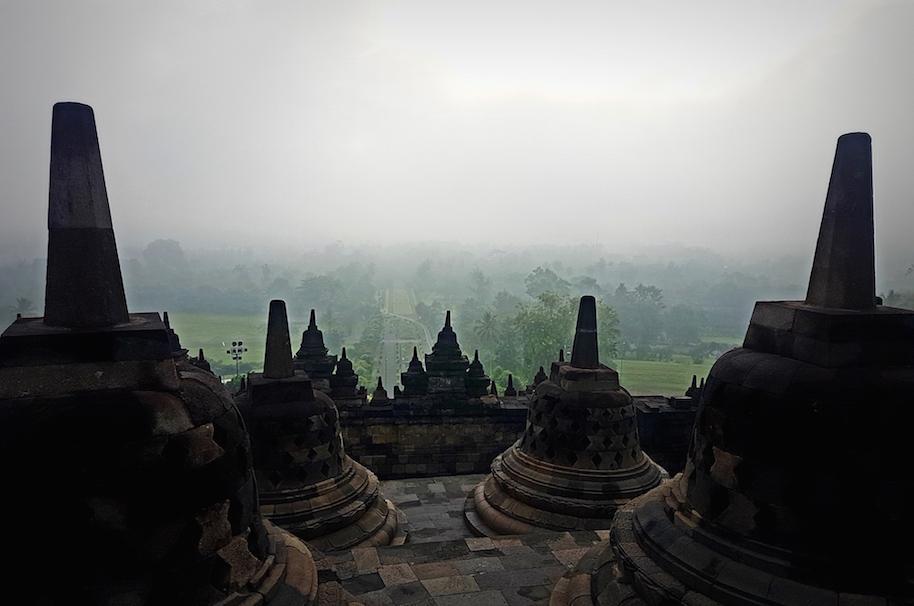 Borobudur in den morgendlichen Nebel getaucht