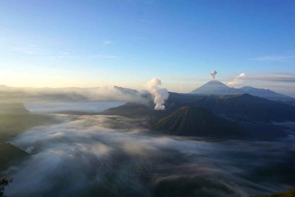 Nebelschwaden unterhalb des Vulkan Bromos