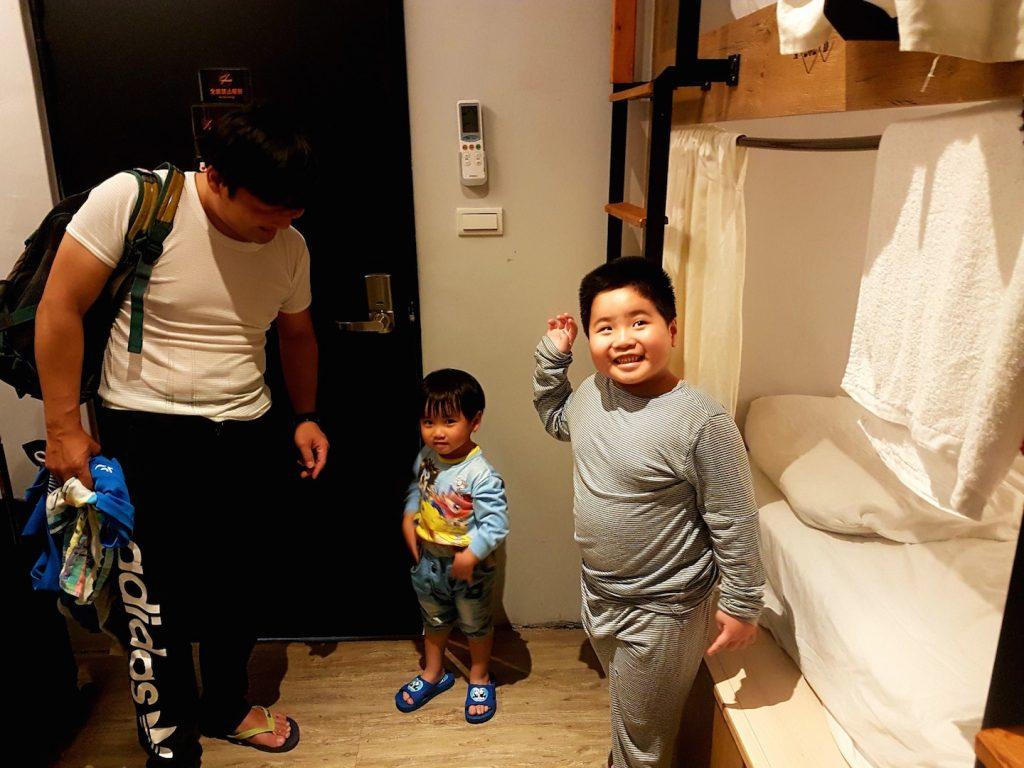 Eine Familie als Zimmernachbarn im Hostel von Hualien