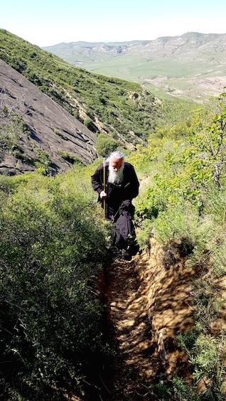 Orthodoxer Priester auf Pilgerfahrt bei Davit Gareja