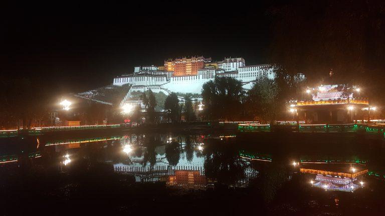 Beleuchteter Potala Palast in Lhasa bei Nacht