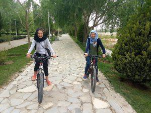 Radfahrend am Fluss in Esfahan