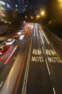 Straßenaufnahme in Hongkong bei Nacht