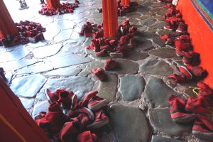 Rote Schuhe der Mönche