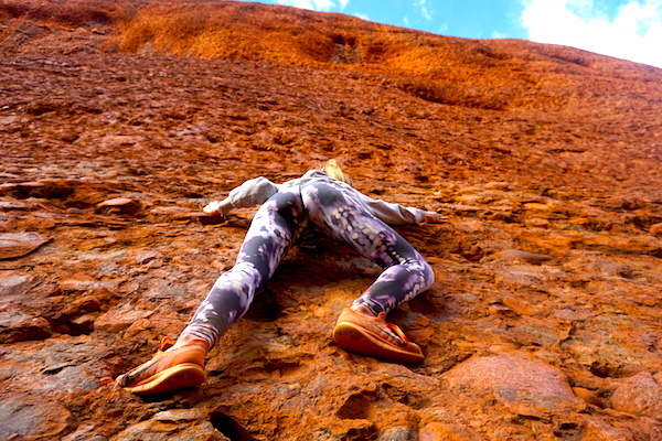 Blick die rote Felswand hinauf bei den Kata Tjutas