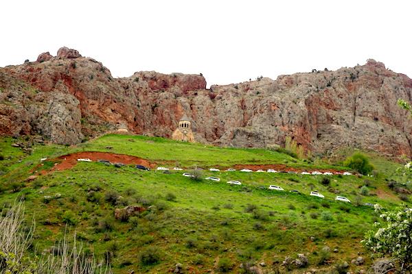 Autoschlange am Weg zum Kloster Noravank