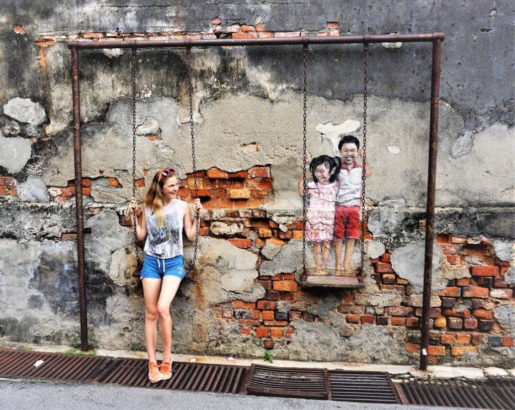 StreetArt in Georgetown Kinder auf der Schaukel