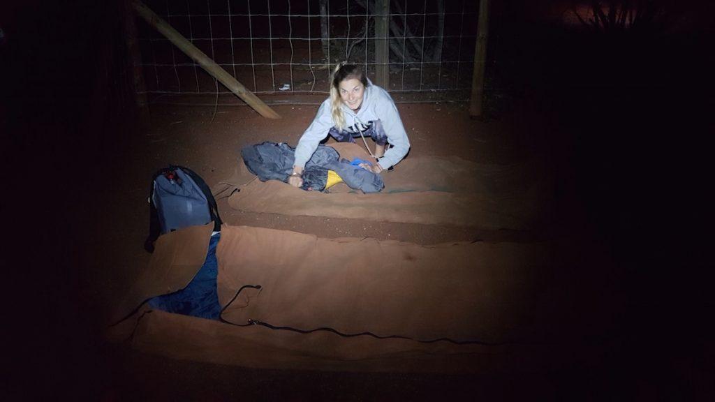 Die Betten machend für eine Nacht unter dem australischen Sternenhimmel