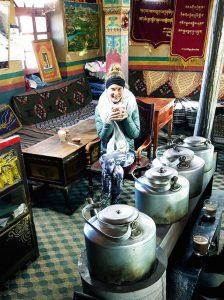 Tibetischer süßer Tee in einem Teehaus