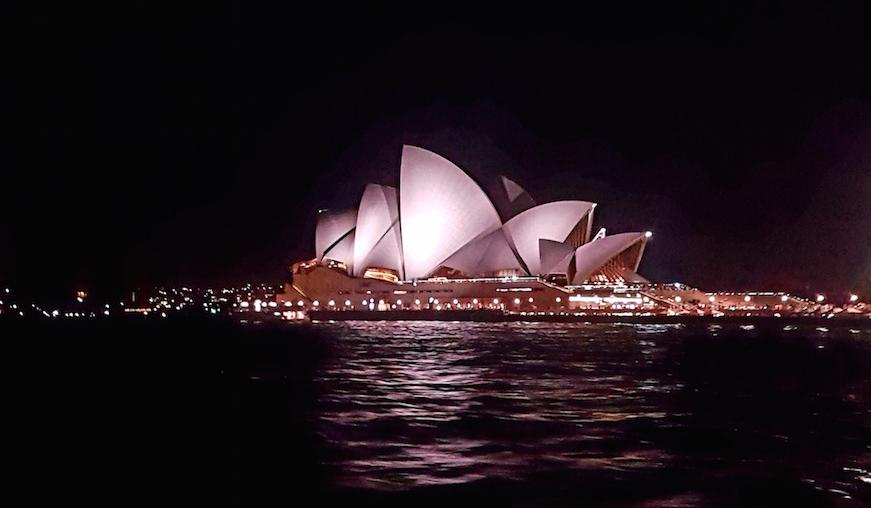 Blick auf das Sydney Opera House bei Nacht