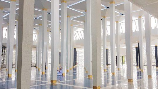 Halle in der Nationalen Moschee in Kuala Lumpur