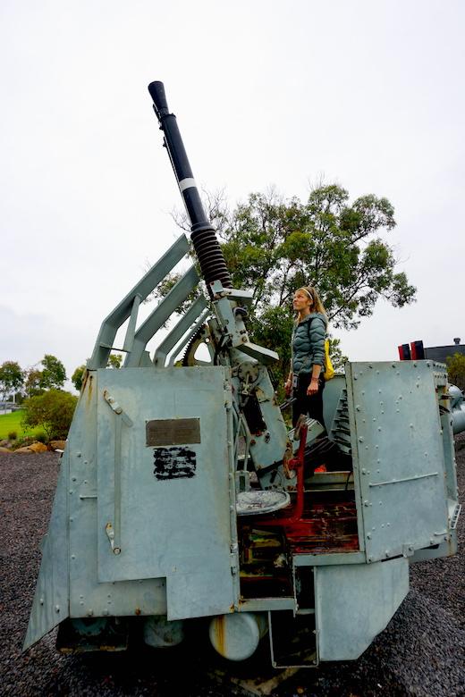 Kritischer Blick auf Kriegsgeräte