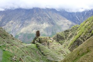 Blick auf den alten Wachturm bei Kazbegi
