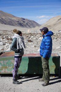 Gespräch mit tibetischem Guide
