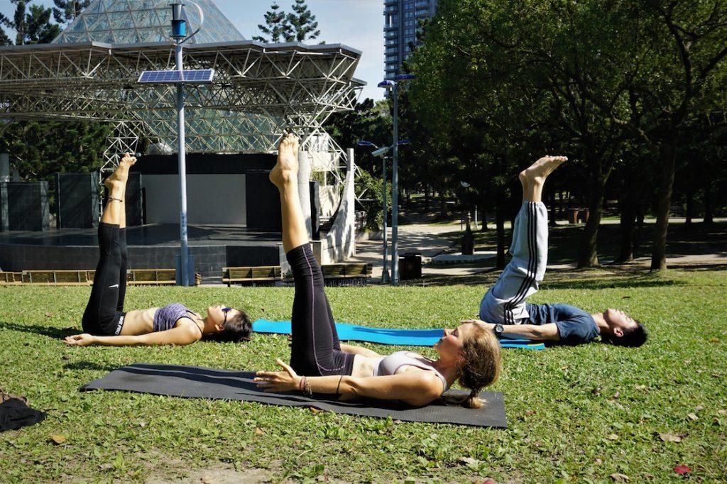 Yogastunde im Park mit local friends