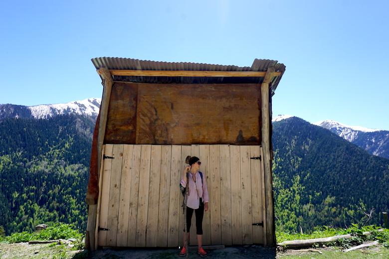 Pause im Schatten mit Wanderstock