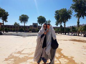Lena und Julia mit Chador während Besuch des Shrines in Shiraz